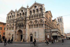 Il duomo di Ferrara dedicato a San Giorgio il protettore della città estense. Foto Businesspress g.c.